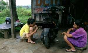 Wanita montir (kiri) di bengkel Jl. Imam Bonjol, Kelurahan Kecandran, Kecamatan Salatiga, Kota Salatiga, Jateng. (Facebook.com-Antoni Budhi Setyo)