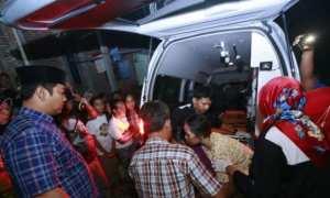 Wali Kota Semarang Hendrar Prihadi memimpin langsung pemindahan perawatan nenek-nenek bernama Asih, 60, dari rumahnya di Kalialang, Gunungpati, Semarang ke rumah sakit, Kamis (2/11/2017) malam. (Okezone.com-Taufik Budi)