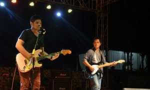 Ibrahim Imran atau yang lebih dikenal Baim mantan vokalis Ada Band tampil dalam acara Geopark Night Specta di Pantai Krakal, Kecamatan Tanjungsari, Sabtu (18/11/2017). (Foto Istimewa/Dinas Pariwisata Gunungkidul)
