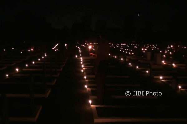 Nyala lilin yang dihidupkan oleh anggota Pramuka yang hadir pada acara betajuk Apel Kehormatan dan Renungan Suci, Jumat (10/11/2016). (Beny Prasetya/JIBI/Harian Jogja)