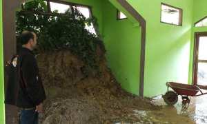Pengurus Pondok Pesantren Ittihadul Mujtahidin Lemah Abang, Dusun Kukusan, Desa Hargorejo sedang membersihkan bekas longsor, di dalam musala kompleks Ponpes, yang rusak akibat longsor, Selasa (28/11/2017). (Uli Febriarni/JIBI/Harian Jogja)