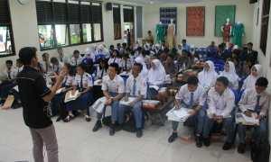 Wartawan Harian Jogja, Irwan A. Syambudi memberikan pelatihan jurnalistik di SMKN 2 Gedangsari, Selasa (28/11/2017). (M. Zakaria Saputra)
