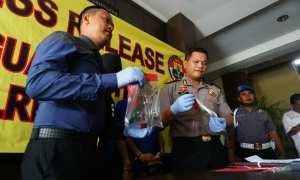 Polisi menunjukan barang bukti yang digunakan pelaku saat press release, di Polres Bantul, Selasa (21/11/2017). (Harian Jogja/Herlambang Jati Kusumo)