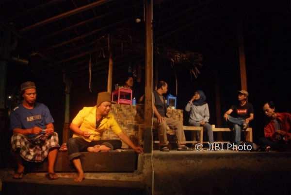 """Salah satu adegan dalam pementasan lakon """"Mati Merga Warta"""" yang didedikasikan bagi wartawan Udin di Kampung Mataraman, Panggungharjo, Sewon. Kamis (9/11/2017) malam. (Rheisnayu Cyntara/JIBI/Harian Jogja)"""