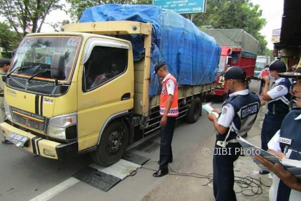 Suasana razia kendaraan angkutan barang di Jalan Jogja Solo Kalasan, Selasa (14/11/2017). (Abdul Hamid Razak/JIBI/Harian Jogja)