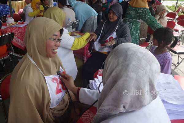 Para calon jamaah haji tahun 2018 menjalani pemeriksaan kesehatan sebelum mengikuti tes kebugaran di Alun-alun Wates, Kulonprogo, Kamis (9/11/2017).(Rima Sekarani I.N./JIBI/Harian Jogja)