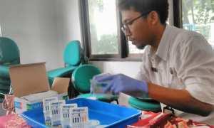 Petugas dari BNNK Sleman melakukan pengujian terhadap sample urine sejumlah peserta seminar P4GN dari kalangan pekerja swasta di kantor Kecamatan Depok, Selasa (21/11/2017). (Harian Jogja/ Sekar Langit Nariswari)