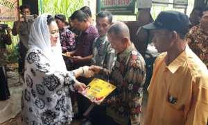 Anggota Komisi V DPR RI, Siti Hediati Soeharto menyerahkan bantuan kepada kelompok tani di Dusun Pengkol, Desa Pengkol, Kecamatan Nglipar, Sabtu (25/11/2017). (Irwan A. Syambudi/JIBI/Harian Jogja)