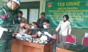 Anggota TNI Kodim 0730 Gununungkidul mengikuti tes urin, Senin (20/11/2017). (Irwan A. Syambudi/JIBI/Harian Jogja)