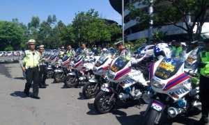 Anggota Satlantas Polresta Solomengecek sepeda motor untuk pengawalan tamu pernikahan putri Jokowi di Stadion Manahan, Banjarsari, Solo, Senin (6/11/2017). (Muhammad Ismail/JIBI/Solopos)