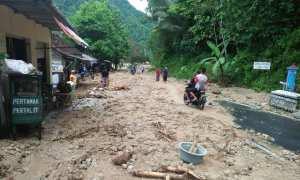 Pengendara melewati lumpur dan pasir di Jalan Raya Pacitan-Ponorogo, Desa Gegeran, Kecamatan Arjosari, Pacitan, Rabu (29/11/2017) (Abdul Jalil/JIBI/Madiunpos.com)