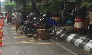Pembuatan markah bergerigi di bahu Jl. A. Yani, Kota Semarang, Jateng. (Instagram-@satlantaspolrestabessmg)
