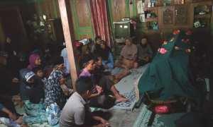 Keluarga duduk di dekat jenazah Hilda Firdaus Nur Hadiyanto, 14, yang disemayamkan di rumahnya, Josari RT 001/RW 003, Jimbar, Pracimantoro, Wonogiri, Jumat (10/11/2107). (Rudi Hartono/JIBI/Solopos)