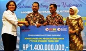 Direktur Keuangan PT Pelni Tri Andayani (kiri) secara simbolis menyerahkan dana program kemitraan kepada perwakilan petani tambak asal Demak dan Pemalang, Supardi (kedua dari kiri) dan Eko Iskandar (kedua dari kanan) dengan disaksikan Direktur Produksi dan Usaha Budidaya Direktorat Jenderal Perikanan Budidaya Kementerian Kelautan dan Perikanan Umi Windriani (kanan), di Kota Semarang, Jateng, Senin (6/11/2017). (JIBI/Solopos/Antara/R. Rekotomo)