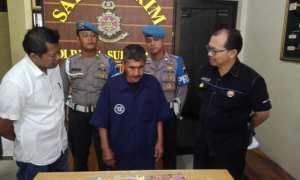 Kasatreskrim Polresta Surakarta Kompol Agus Puryadi (kiri) memintai keterangan pelaku kasus pencabulan di Mapolresta Solo, Selasa (28/11/2017). (Muhammad Ismail/JIBI/Solopos)
