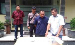 Kasatreskrim Polresta Solo Kompol Agus Puryadi (kanan) memintai keterangan pelaku kasus penipuan dan penggelapan di Mapolresta Solo, Rabu (22/11/2017). (Muhammad Ismail/JIBI/Solopos)