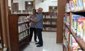 Plt. Kepala Dinas Arsip dan Perpustakaan (Arpus) Klaten, Sri Winoto (kanan), mengecek koleksi buku yang terdapat pada rak perpustakaan daerah setempat, Kamis (23/11/2017). (Taufiq Sidik Prakoso/JIBI/Solopos)