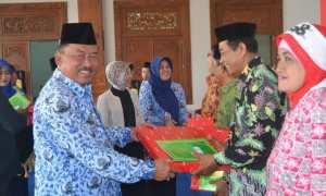 Wakil Bupati Madiun, Iswanto, melepas 298 PNS yang memasuki masa pensiun tahun 2017 di Pendopo Graha Ronggo Djumeno Kabupaten Madiun, Selasa (31/10/2017). (Istimewa/Pemkab Madiun)