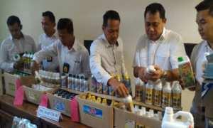 Petugas Ditreskrimsus Polda Jawa Tengah menunjukkan ratusan botol pupuk cair ilegal dari pengungkapan pabrik di Demak, Selasa (21/11/2017). (JIBI/Solopos/Antara/I.C. Senjaya)