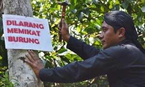 Warga memasang rambu larangan berburu hewan liar di area perkebunan di Jambu, Kabupaten Semarang, Jateng, Rabu (8/11/2017). (JIBI/Solopos/Antara/Aditya Pradana Putra)