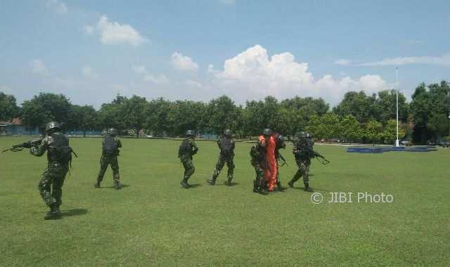 Tim SAR tempur Batalyon Komando 463 Paskhas Lanud Iswahjudi Magetan menyelamatkan seorang penerbang yang ditawan musuh dalam simulasi atau latihan rutin, Rabu (8/11/2017). (AbdulJalil/JIBI/Madiunpos.com)