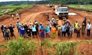 Sejumlah warga memblokade area proyek pembangunan jalan tol Salatiga-Kartasura di Desa Kemetul, Kecamatan Susukan, Kabupaten Semarang, Jateng, Selasa (7/11/2017). (JIBI/Solopos/Antara/Aditya Pradana Putra)