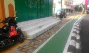 Bagian guiding block pada jalur pedestrian di Jl. Kol. Sutarto, Jebres, Solo yang masih terhalangbangunan, Rabu (15/11/2017) pagi. (Irawan Sapto Adhi/JIBI/Solopos)