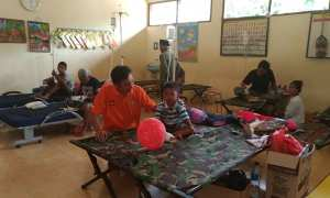 Dokter Yudi Kusuma Pamilih mengecek kondisi salah satu anak yang sakit demam di posko rawat inap pengungsian Desa Dlepih, Tirtomoyo, Wonogiri, Senin (11/12/2017). (Rudi Hartono/JIBI/Solopos)