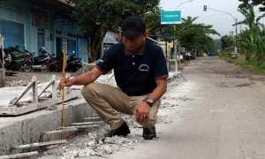 Wabup Dedy Endriyatno mengukur ketebalan cor konstruksi di ruas jalan Sambirejo-Musuk saat sidak di simpang tiga Sambirejo, Sragen, Selasa (12/12/2017). (Tri Rahayu/JIBI/Solopos)