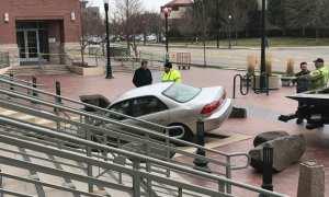 Mobil Joseph Locksmith yang ditabrakkan ke kantor pengadilan Idaho, AS. (Istimewa/Fox Knews)