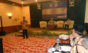 Moh. Hatta (berdiri) menjelaskan kerja Dewan Pengawas BPKH, Hotel Sunan Solo, Sabtu (16/12/2017). (Arif Fajar/JIBI/Solopos)