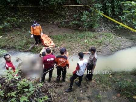 Tim Polsek Gondang bersama anggota SAR dari BPBD dan PMI mengevakuasi jenazah seorang pria di Sungai Paingan, Tegalrejo, Gondang, Sragen, Rabu (20/12/2017). (Istimewa/AKP Suhardi/Polsek Gondang)