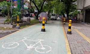 Kendaraan roda empat parkir di jalur khusus sepeda ruas Jl. dr. Radjiman Solo, Kamis (21/12/2017). (Istimewa/Ginda Ferachtriawan)