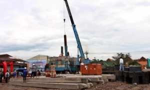 Pekerja menyelesaikan pemasangan tiang pancang seusai Ground Breaking RSUD Semanggi, Pasar Kliwon, Solo, Jumat (22/12/2017). (M. Ferri Setiawan/JIBI/Solopos)