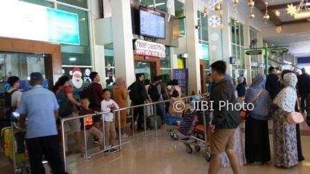 Penumpang mengantre masuk counter check in di Bandara Adi Soemarmo, Sabtu (23/12/2017). (Asiska Riviyastuti/JIBI/Solopos)