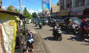 Antrean panjang kendaraan di Perempatan Pasar Nongko dari arah selatan ke utara, Sabtu (23/12/2017). (Ivan Andimuhtarom/JIBI/Solopos)