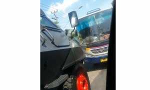 Bus melanggar arus lalu lintas di Gilingan, Banjarsari, Solo, berhadapan dengan kendaraan Brimob. (Instagram)