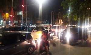 Arus lalu lintas di simpang empat Gendengan padat baik dari arah barat Jl. Slamet Riyadi dan dari Jl. dr. Moewardi, Minggu (24/12/2017) malam. (Hijriyah Al Wakhidah/JIBI/Solopos)