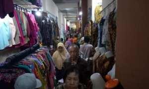 Pengunjung berseliweran dan memilah-milih baju di Pasar Klewer, Solo, Selasa (26/12/2017). (Danur Lambang Pristiandaru/JIBI/Solopos)