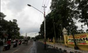 Tiang listrik di Jl. dr. Moewardi Solo hingga Kamis (28/12/2017) belum dipindahkan sehingga menghambat proyek pendukung flyover Manahan. (Nicolous Irawan/JIBI/Solopos)