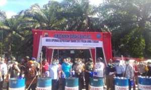 Kapolda Jateng Irjen Pol. Condro Kirono (tengah) memusnahkan pil PCC di Plaza Manahan, Solo, seusai apel pasukan pengamanan Tahun Baru, Minggu (31/12/2018). (Muhammad Ismail/JIBI/Solopos)