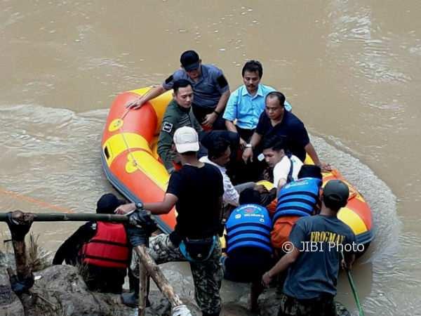 Agus Harimurti Yudhoyono (AHY) saat menumpangi perahu karet untuk bertemu dengan warga Bojin yang terisolasi akibat banjir. Gambar diambil Jumat (1/12/2017). (Istimewa/Pemdes Bejiharjo)