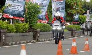 Salah satu pengunjung Honda Sport Motoshow merasakan impresi berkendara menggunakan All New Honda CBR250RR di Kebumen, Sabtu-Minggu (9-10/12/2017). (Foto Istimewa)