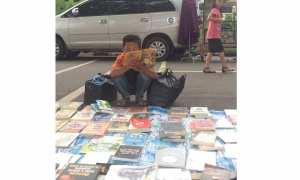 Bocah penjual tisu yang gemar membaca buku (Instagram)