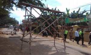Aksi pemblokiran akses jalan menuju lokasi pembangunan jalan tol Batang-Pemalang di Desa Masin, Kecamatan Warungasem, Batang, Jateng, Selasa (5/12/2017). (JIBI/Solopos/Antara/Kutnadi)