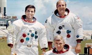 Eugene Andrew Cernan (duduk), Ronald Ellwin Evans (kanan), dan Harrison Hagan Schmitt (kiri), kru pesawat dalam misi Apollo 17. (Wikimedia.org)