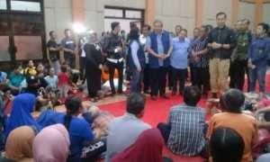 Presiden ke-6 RI, Susilo Bambang Yudhoyono, bertatap muka dengan para korban banjir yang mengungsi di Gedung Karya Bakti Kompleks Kantor Pemkab Pacitan, Kamis (30/11/2017) malam. (Abdul Jalil/JIBI/Madiunpos.com)