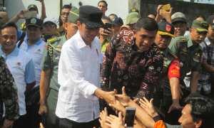 Presiden Joko Widodo menyalami sejumlah warga saat mengunjungi lokasi terdampak bencana akibat Badai Cempaka di Dusun Gelaran I, Desa Bejiharjo, Kecamatan Karangmojo, Sabtu (9/12/2017). (Harian Jogja/Irwan A. Syambudi)