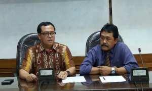 Rektor UII Nandang Sutrisno (kiri) dan Wakil Rektor III Agus Taufiq saat memberikan keterangan pers terkait bantuan yang diberikan kepada korban bencana alam, Sabtu (2/12/2017). (Harian Jogja/Sunartono).