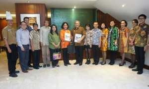 Jajaran manajemen Jogjakarta Plaza Hotel berfoto bersama perwakilan Fakultas Ilmu Budaya Universitas Gadjah Mada Yogyakarta, Selasa (5/12/2017). (Ist/Dok Hotel)